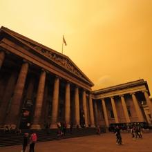Okkersárga égbolt a British Museumnál